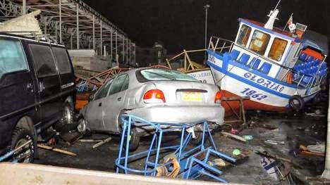 Vehículos y naves arrastrados por la ola que golpeó el puerto norteño de Iquique