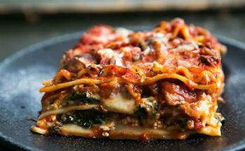 Η συνταγή της ημέρας: Λαζάνια ολικής με σπανάκι και γαλοπούλα