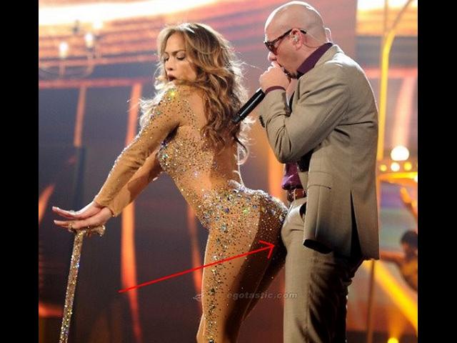 Jennifer Lopez le para el pene a Pitbull durante actuacion en los ...