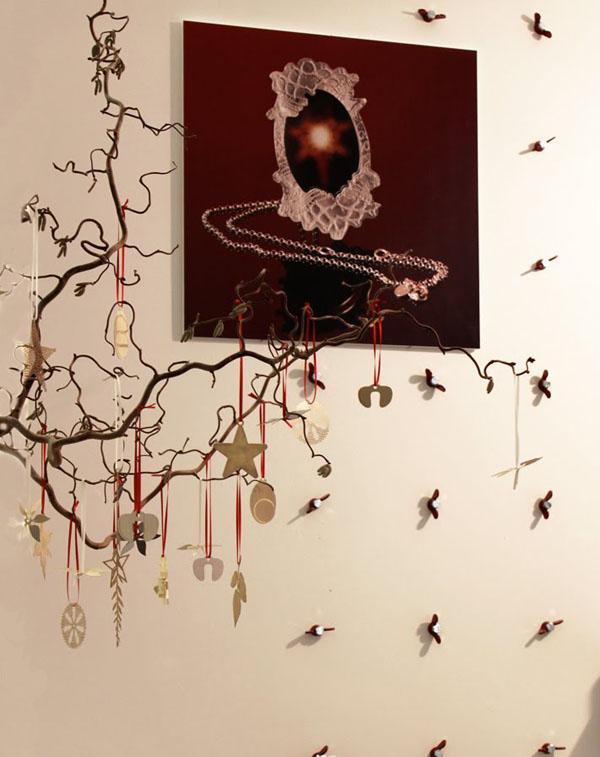 detalle de arbol navideño con adornos piezas  mecanicas