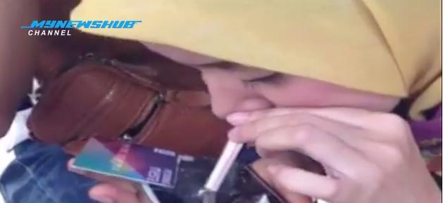 VIDEO Viral Aksi Gadis Melayu Bertudung Sedut Dadah