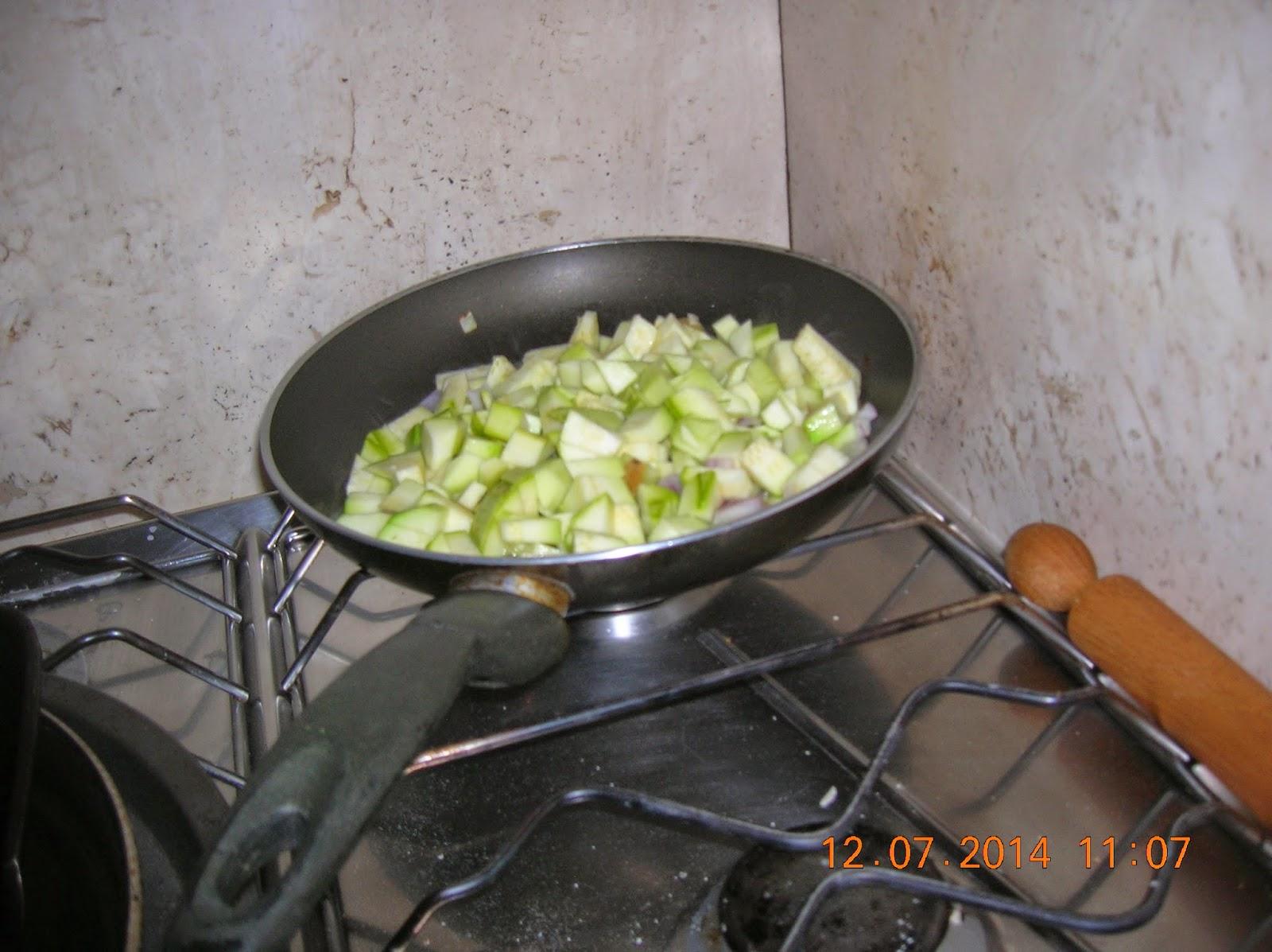 muffin salati di zucchine e ricotta- cipolle fresche farcite con mortadella  -ricotta- olive--