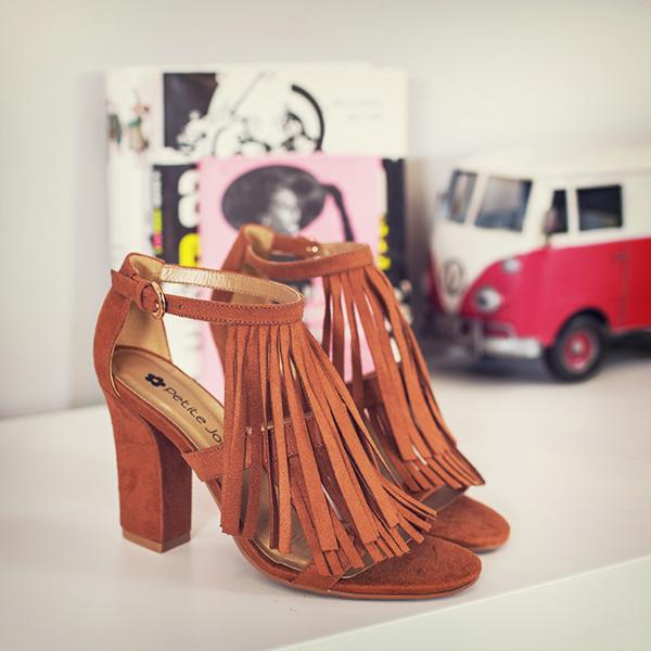 Sandália de franjas marrom petite jolie