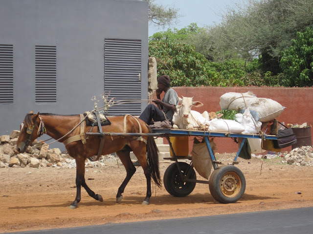Arcén en la carretera del aeropuerto a Dakar