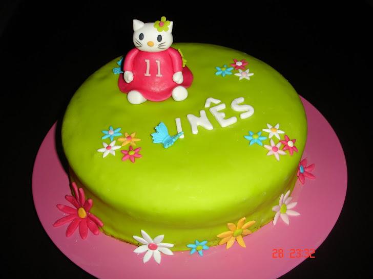 Bolo de aniversário  decorado com Hello Kitty