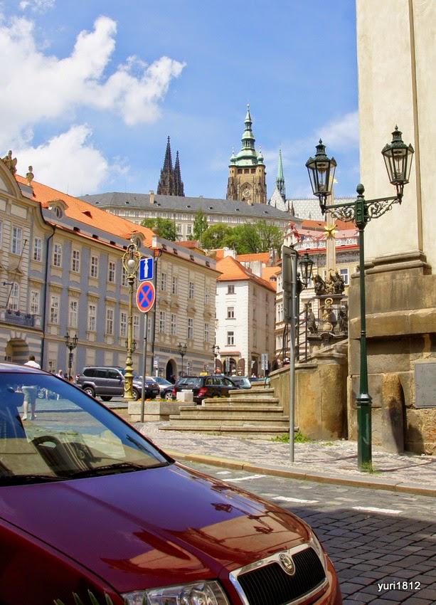 """Символы Праги - средневековые улицы, Пражский град и автомобиль """"Шкода""""."""