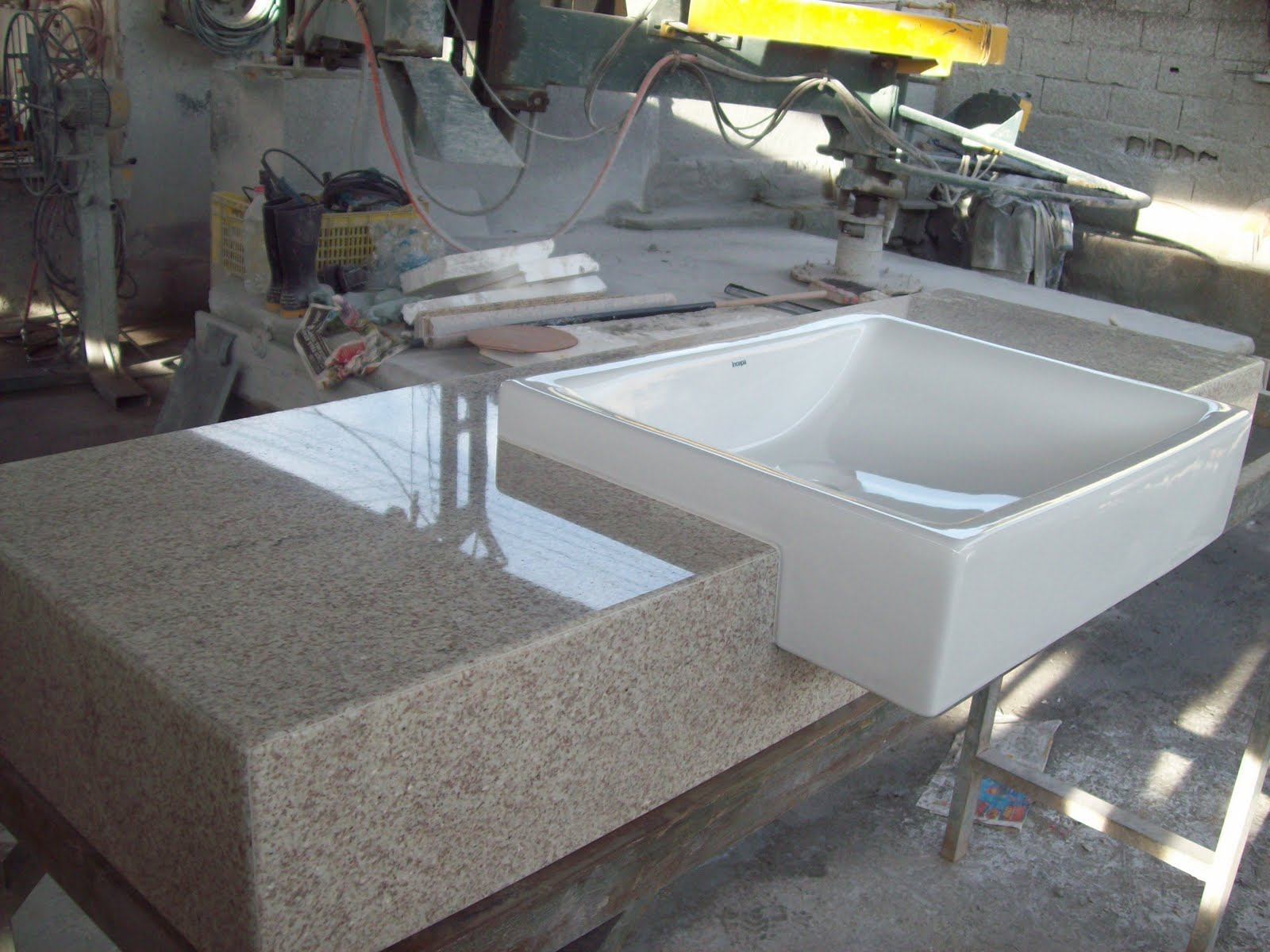 ou testeira em granito Branco Itaunas com cuba de sobrepor #9E9A2D 1600x1200 Bancada Banheiro Granito Branco Itaunas