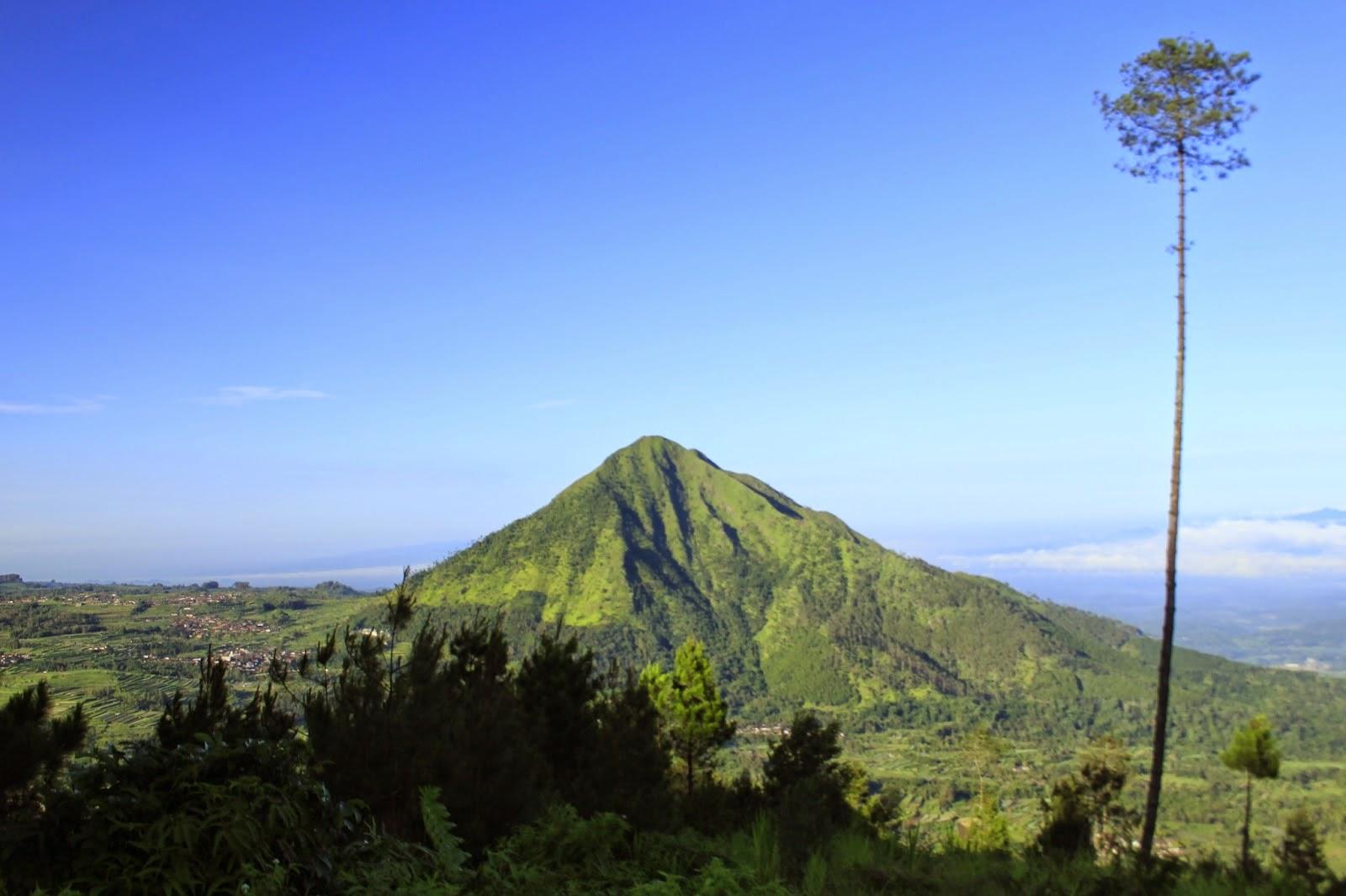 Menikmati Panorama Gunung Andong