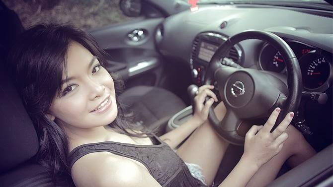 cewek seksi di mobil attitude berkendara yang baik dan aman