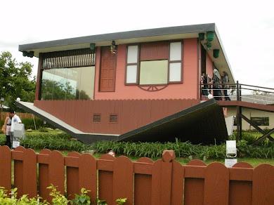 Rumah Terbalik di Jalan Tamparuli