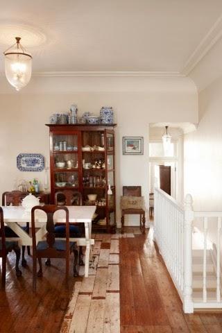 Elegancki salon, drewniana podłoga, biały stół,