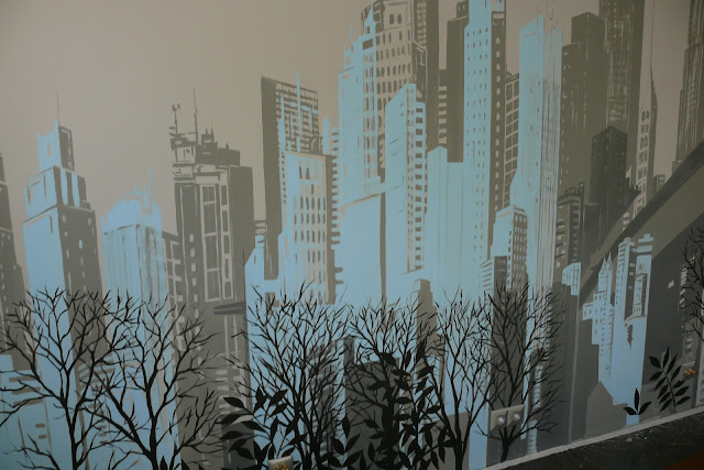 Aranżacja sypialni poprzez malowanie panoramy miasta na ścianie, mural 3D, malowidło ścienne w sypialni