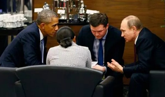 Video aksi pelik lelaki ketika Obama dan Putin berbincang jadi viral