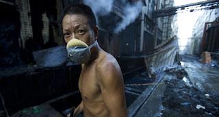 un chinois en pleine pollution