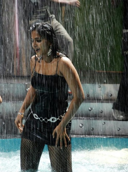 Anushka hot in rain