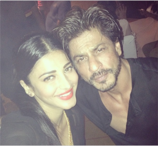 This Video Of Shruti Haasan Jamming With Father Kamal: Selfie Lovers: Shruti Hassan Selfie With SRK