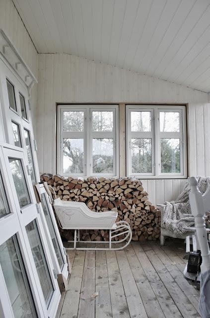 Wnętrze urządzone w skandynawskim stylu z polanami drewna