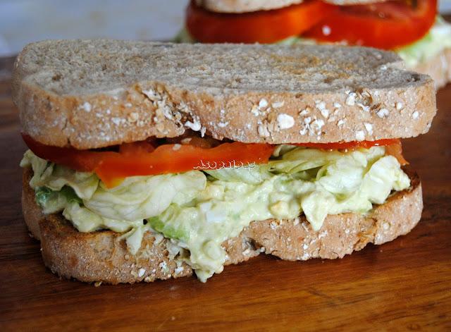 Sándwich casero de Ensalada de Huevos con tomate