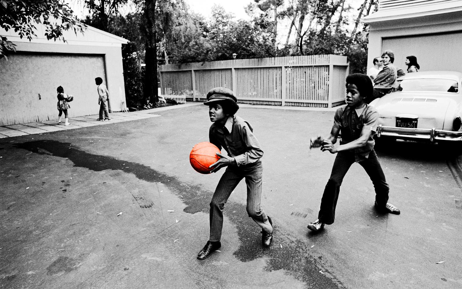 http://4.bp.blogspot.com/-xOz0SqZO2dY/UD30U4pvdqI/AAAAAAAAECs/X86SVxq5dPk/s1600/Michael_Jackson_Childhood_Playing_Basketball_HD_Wallpaper-Vvallpaper-Net.jpg
