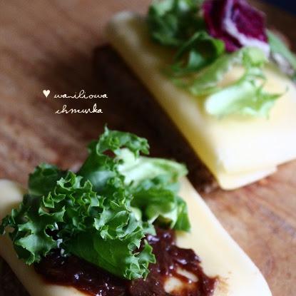 Śniadanie: Kanapki z serem żółtym, sałatą i czatnejem  rabarbarowym