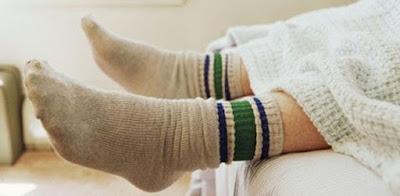 5 Khasiat Dan Manfaat Nyata Menggunakan Kaos Kaki Saat Tidur