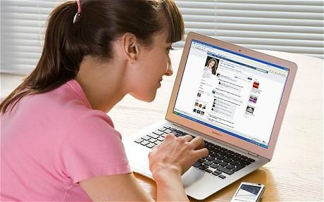 Kontroversi Kontes Foto Telanjang di Facebook