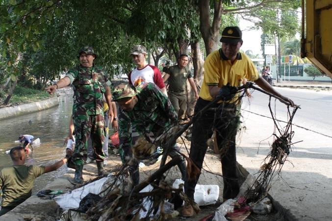Kodim 0508/Depok Angkat Sampah di Kali Cabang Barat