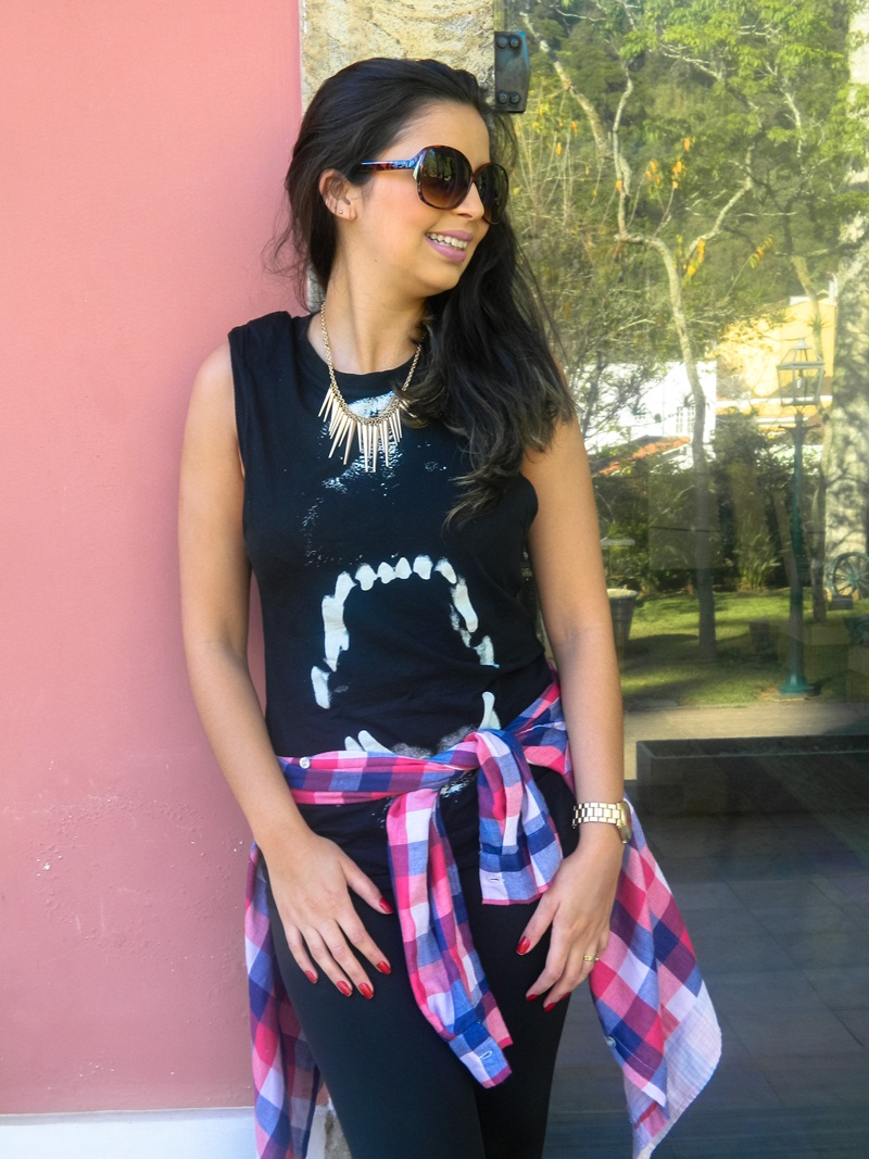 Look do dia preto e blusa xadrez.