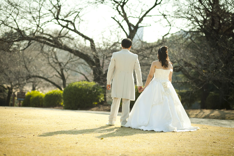 Engagement and pre-wedding photography in Tokyo during cherry blossom season.