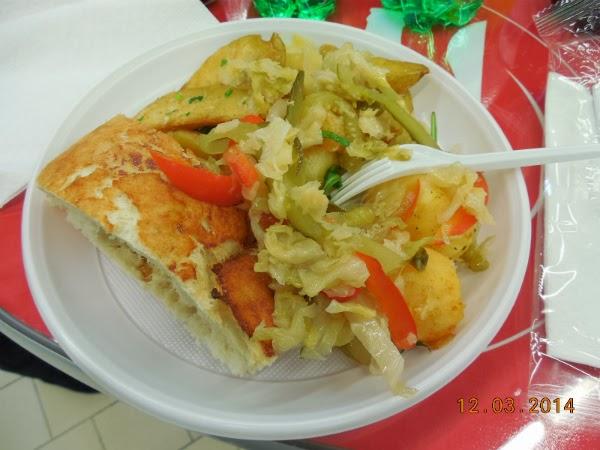 Lipie olteneasca, cartofi si salata a la Auchan