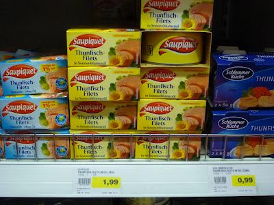 Regal im Supermarkt mit Thunfischdosen
