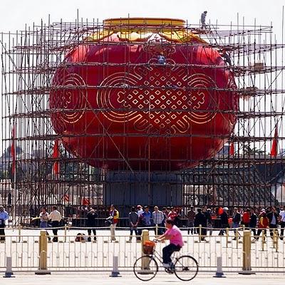 La festa nazionale del 1° ottobre ricorda il famoso discorso di Mao (avvenuto 62 anni fa, nel 1949), in cui il leader annunciò che il Partito comunista cinese era l'unico governo legale in Cina, proclamando la nascita della Repubblica Popolare Cinese...