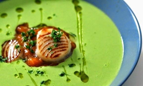 Erbsensuppe aus frischen grünen Erbsen mit Aprikosenkompott, Jakobsmuschel und Weizengrasöl | Arthurs Tochter Kocht by Astrid Paul