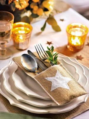 Decorar la mesa para las fechas navideñas con elementos naturales, luces y velas, bonitos manteles, elegantes vajillas, etc.