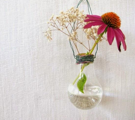 vaso de flor feito com lampada