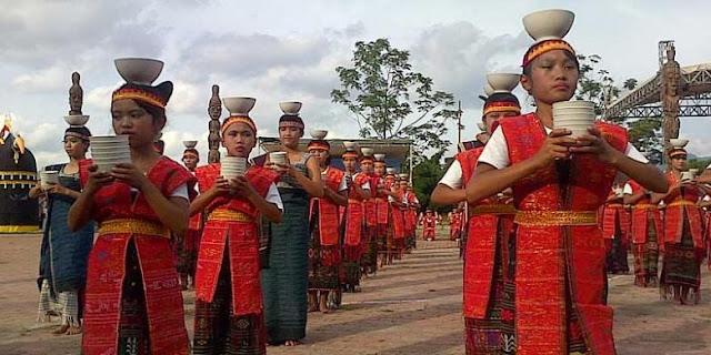 Tari tor-tor cawan persembahan ratusan anak-anak dari Samosir pada acara pembukaan Festival Danau Toba 2013 di Samosir Minggu (8/9/2013). Adapun kegiatan yang mengangkat sisi budaya, pariwisata dan olahraga tersebut berlanagsung 8-14 September 2013 yang berpusat di Pulau Samosir, Danau Toba, Sumatera Utara.