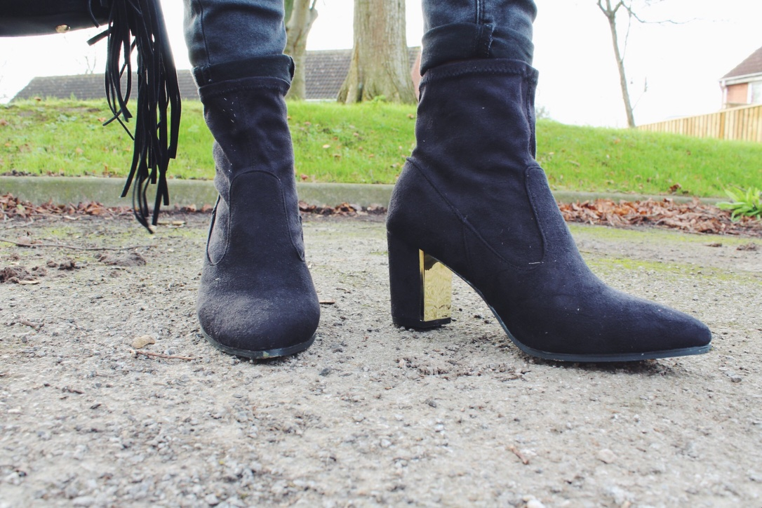 asseenonme, fashionbloggers, fashionpost, fbloggers, fringebag, lookoftheday, lotd, ootd, outfitoftheday, primark, whatimwearing, wiw, blackandgold, etailpr, onlineavenue, blackandgoldboots, coldshouldertop, bluevanilla, bumblebeenecklace