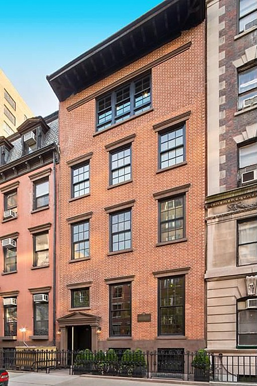 Modern townhouse with loft design new york city for Townhomes for sale in nyc