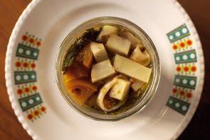 Calamaretti in vaso con topinambur, cavolo nero, pomodorini verdi e pepe rosa
