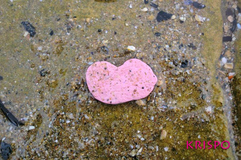 chicle en el suelo con forma de corazón