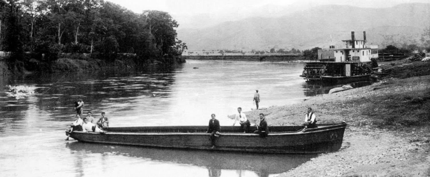 Canoa y buque a vapor en el rio Cauca