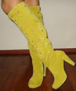 foto cu cizme galbene de vara cu toc din piele intoarsa