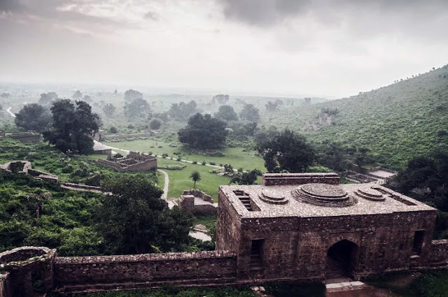 Top  most haunted places of India bhangarh