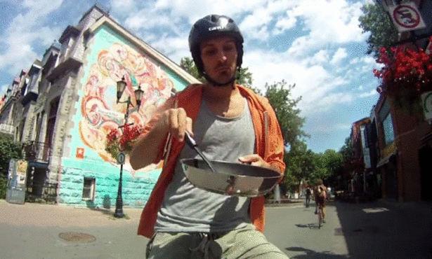 رجل يعيش على دراجته لمدة 382 يوما