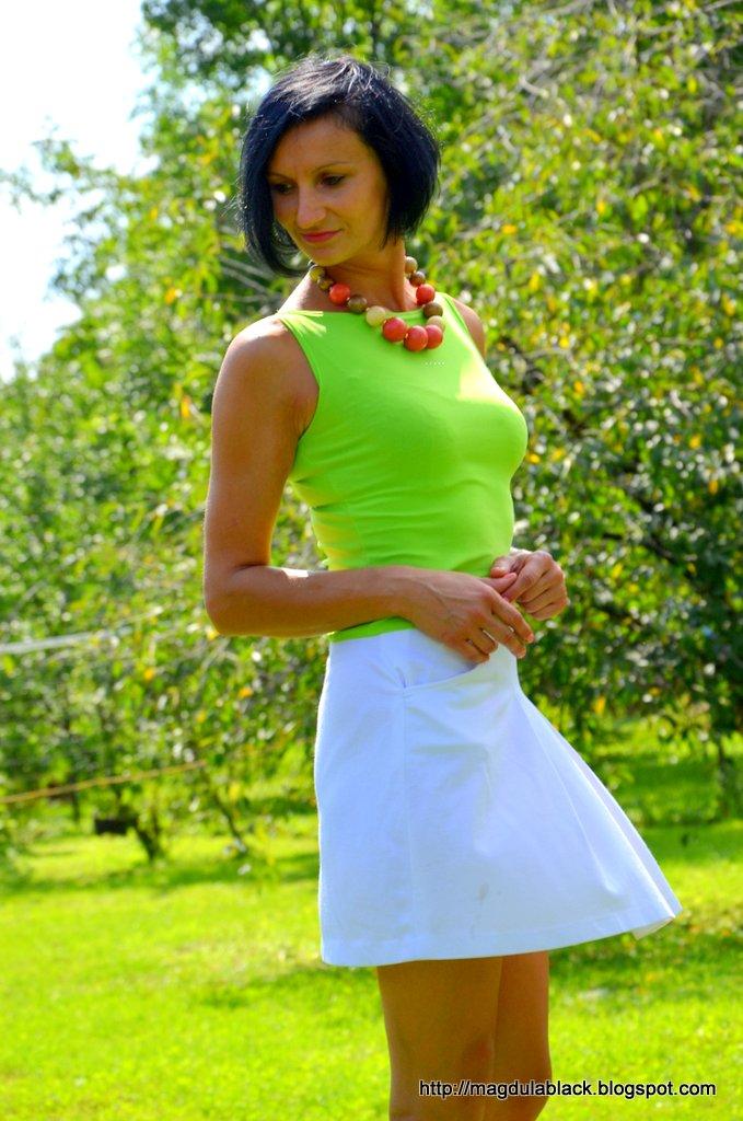 Energetyczny zestaw – neonowy top i biała, mini  spódniczka