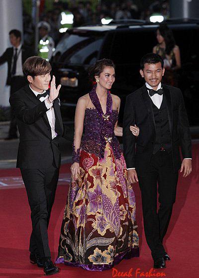 Atiqah Hasiholan Berkebaya di Festival Film Busan 2012