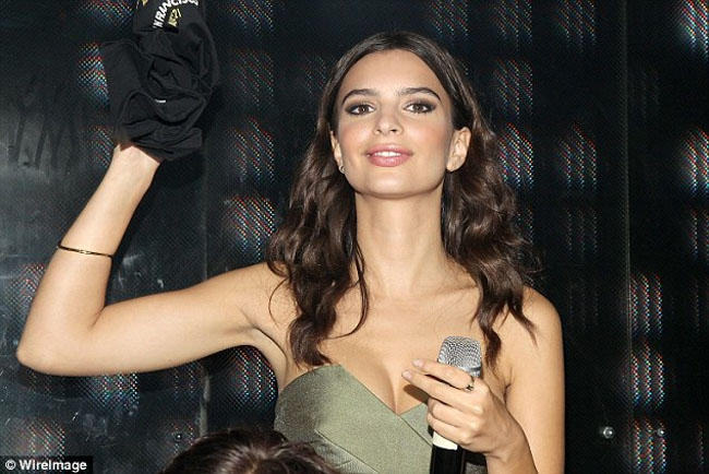 emily ratajkowski hair and make up we are your friends after party