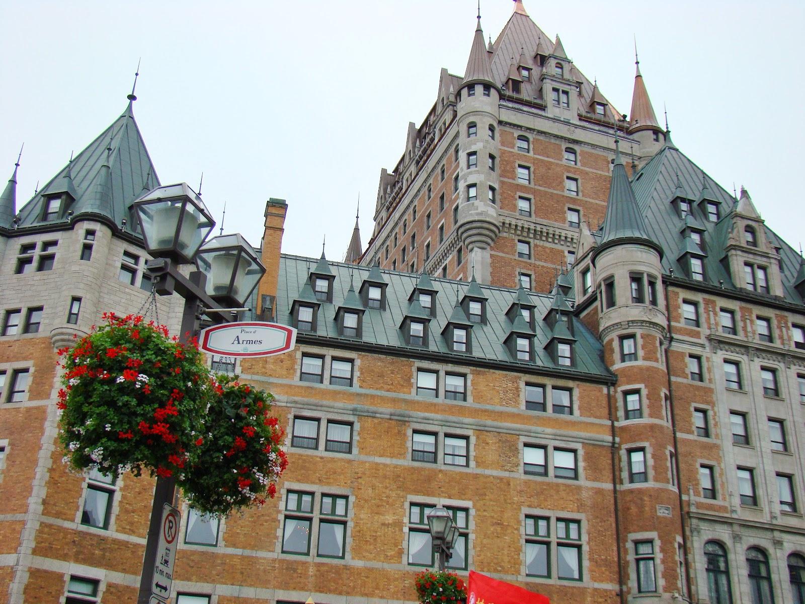 Шато-Фронтенак — отель в стиле средневекового французского замка (шато) является визитной карточкой города.