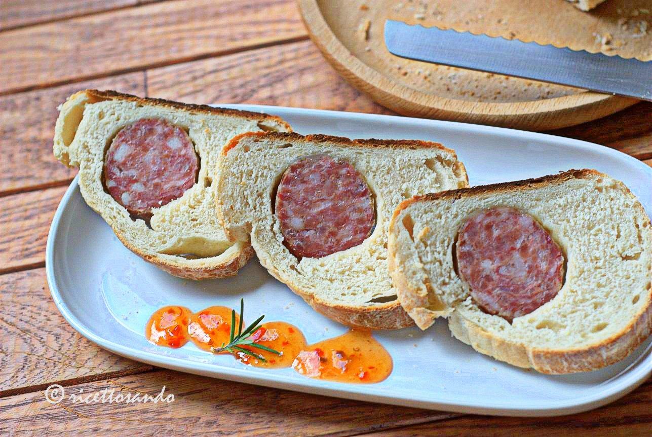 Cotechino in crosta di pane ricetta lievitata di un fingerfood farcito