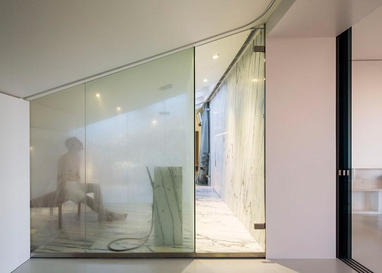 Appartamento a lisbona con pareti traslucide e bagno turco - Porte in vetro per bagno ...